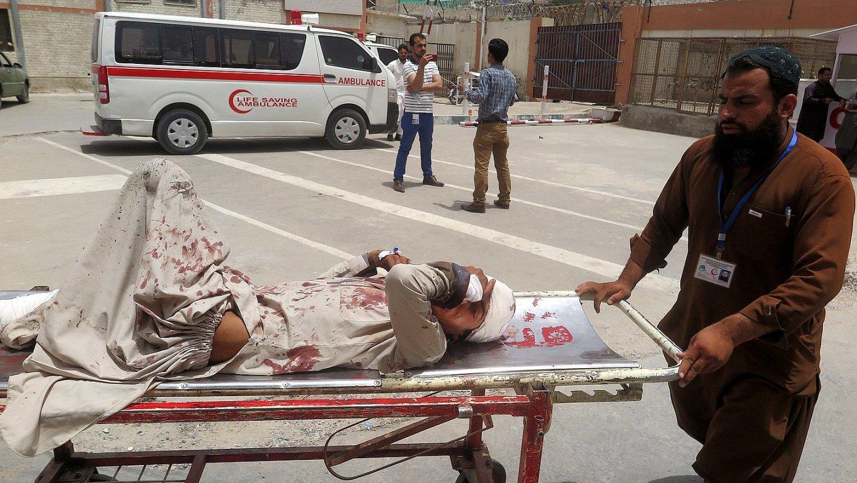 Quetta hirian izandako erasoan zaurituriko bat, atzo, ospitalera bidean.