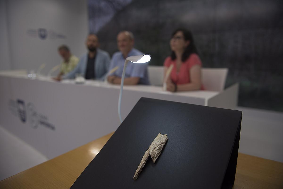 Agarren aurkitutako zintzilikarioa ikusgai jarri zuten, atzo, Gipuzkoako Foru Aldundiaren egoitzan egindako aurkezpenean, Donostian. ©JUAN CARLOS RUIZ / FOKU