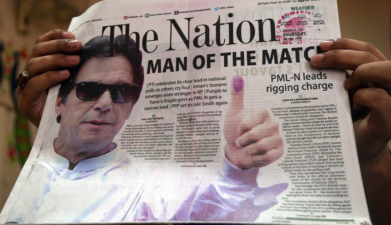 Pakistandar bat, atzo, Karatxin, Imran Khan agertzen den Pakistango egunkari baten azala erakusten.
