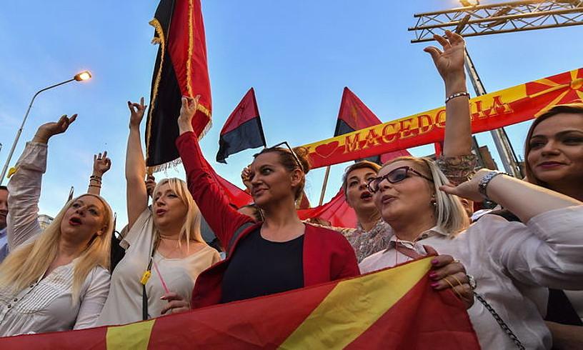 VMRO-DPMNE alderdi nazionalistaren jarraitzaileak, gobernuak Greziarekin egindako akordioaren aurkako manifestazio batean, joan den hilean. Eskuarekin Mazedonia Batuaren keinua egiten ari dira. ©GEORGI LICOVSKI / EFE