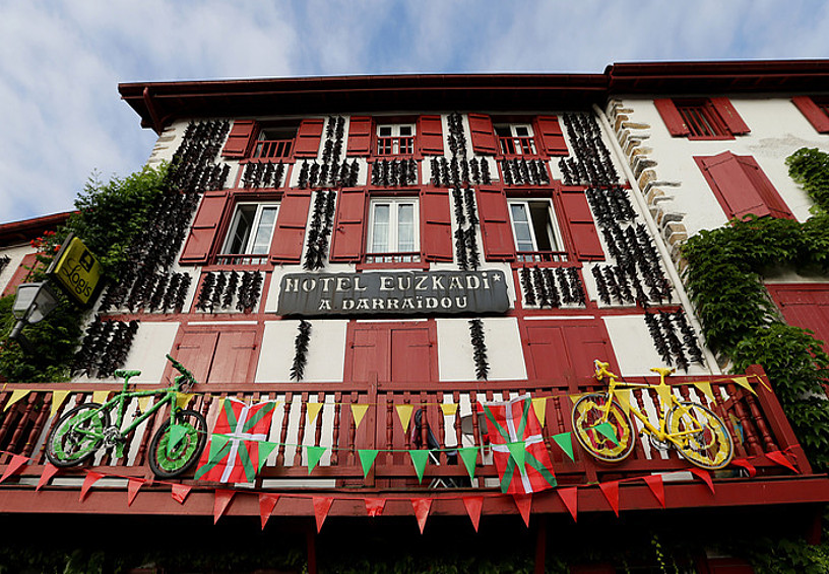 Ezpeletako merkatariek FrantziakoTourra bertan amaituko dela-eta eginiko apainketa bat.