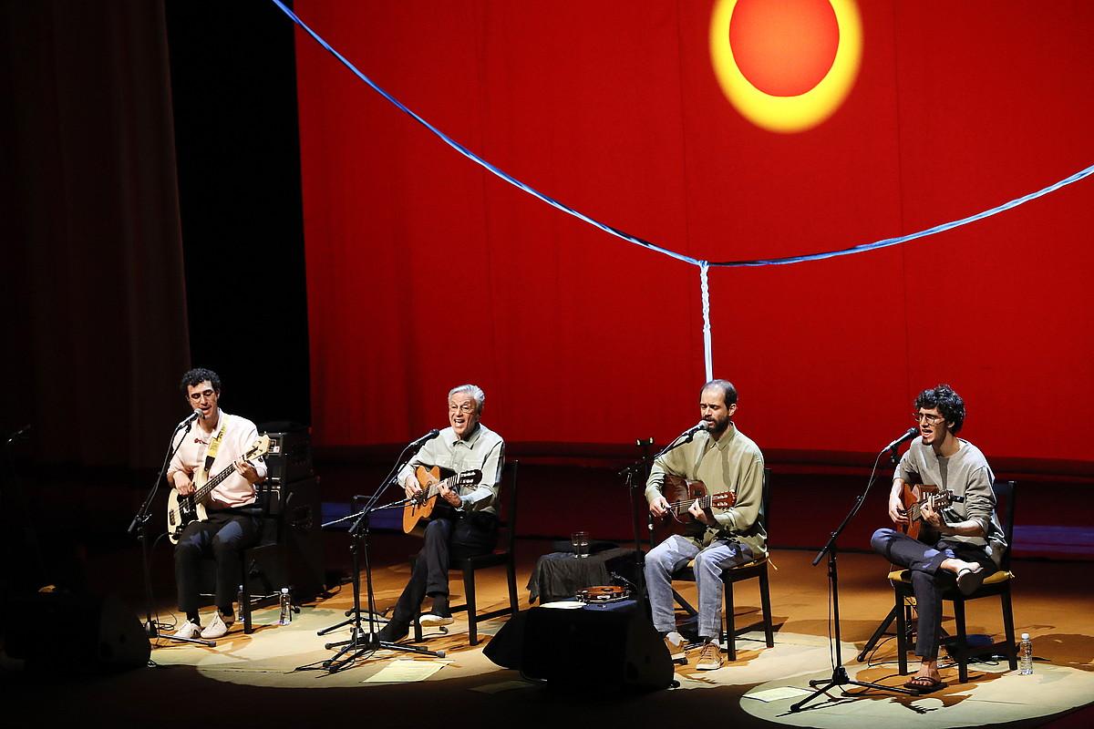 Caetano Veloso eta haren semeak —Moreno, Zeca eta Tom—, atzo, Donostiako Kursaalean egindako kontzertuan. ©GORKA RUBIO / FOKU