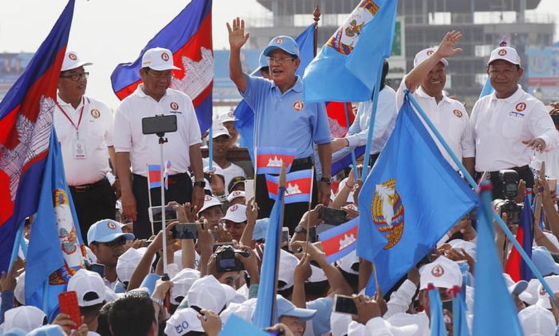 Hun Sen Kanbodiako lehen ministroa, atzo, hauteskundeetako kanpainaren azkeneko ekitaldietako batean.