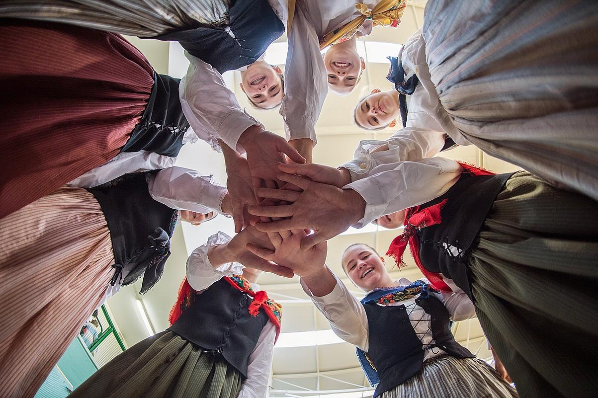 Oberena Dantza Taldea. Iruñeko Oberena dantza taldeko hainbat emakume bat eginik, dantzarien eguneko ospakizunean. ©DANIEL FERNANDEZ / BESTEAK