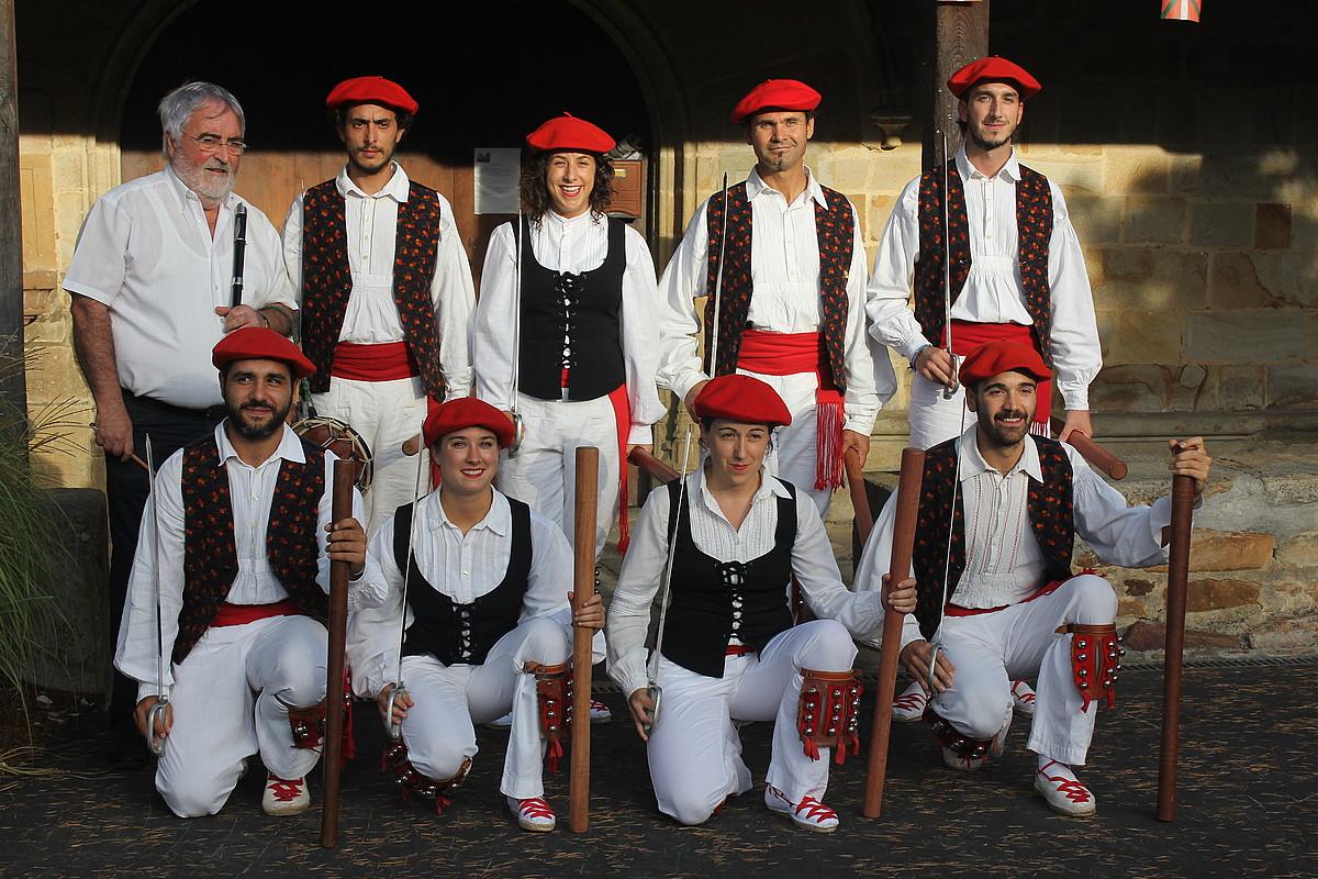 Kriskitin taldeko gizon-emakumeak, Izurtzan, 2016an.