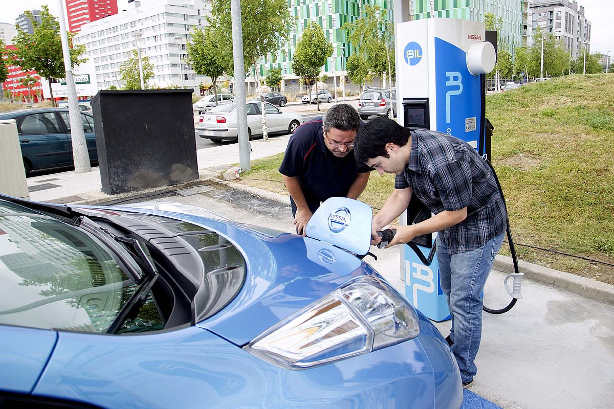 Auto elektriko bat, kargaleku batean, Gasteizko Salburua auzoan. ©ADRIAN RUIZ DE HIERRO / EFE