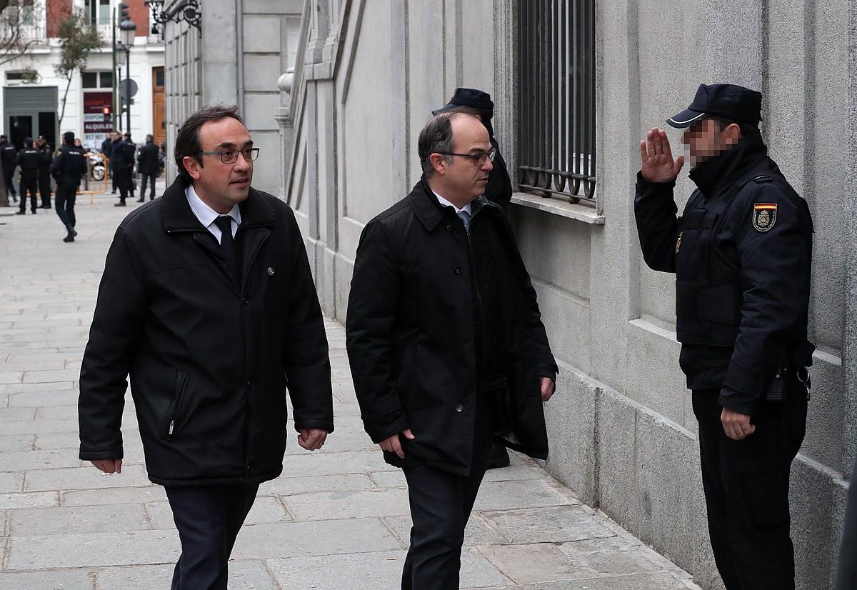 Jordi Turull eta Josep Rull dira diputatu kargua galdu duten ordezkarietako batzuk. Irudian, Auzitegi Gorenean sartzear agertzen dira, joan den martxoan. ©ZIPI / EFE