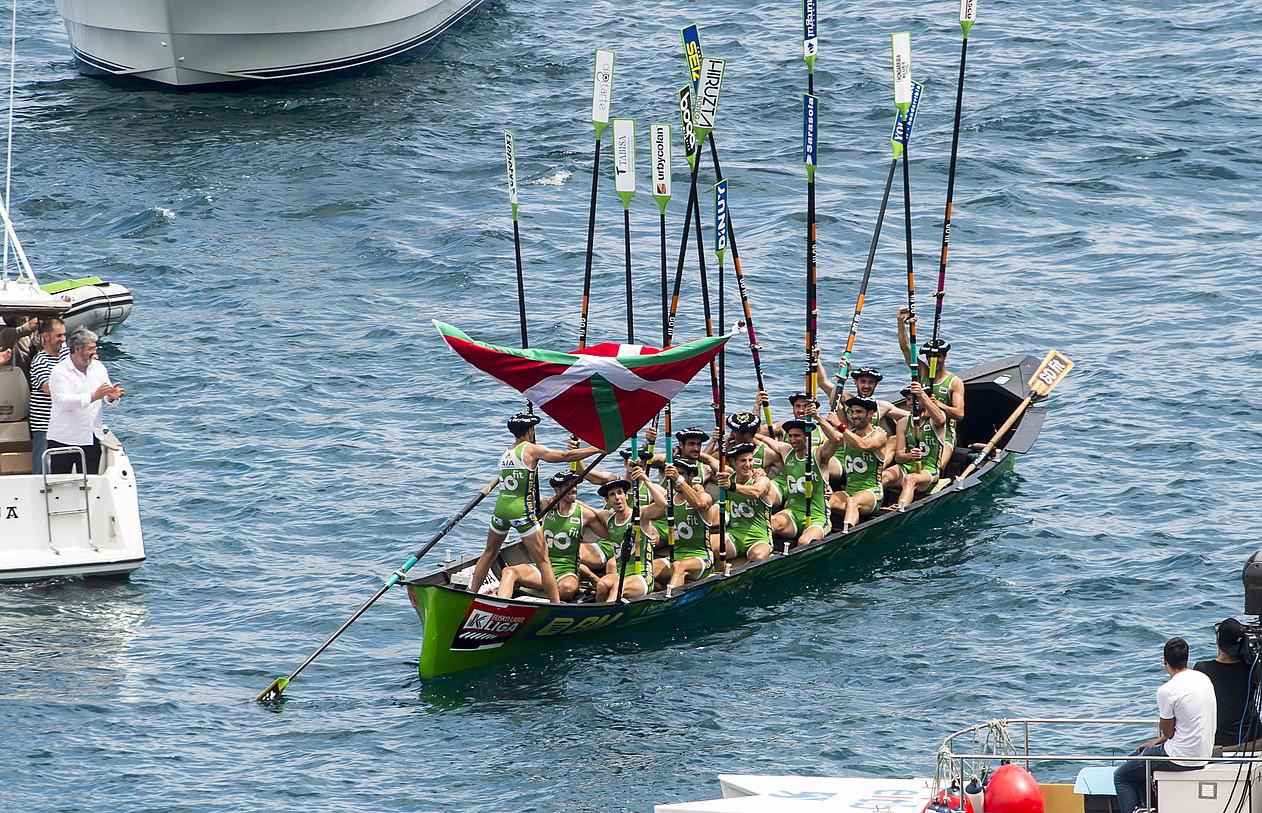 Hondarribiako arraunlariak atzo Lekeition irabazitako Euskadiko Txapelketa ospatzen. ©MARISOL RAMIREZ / FOKU