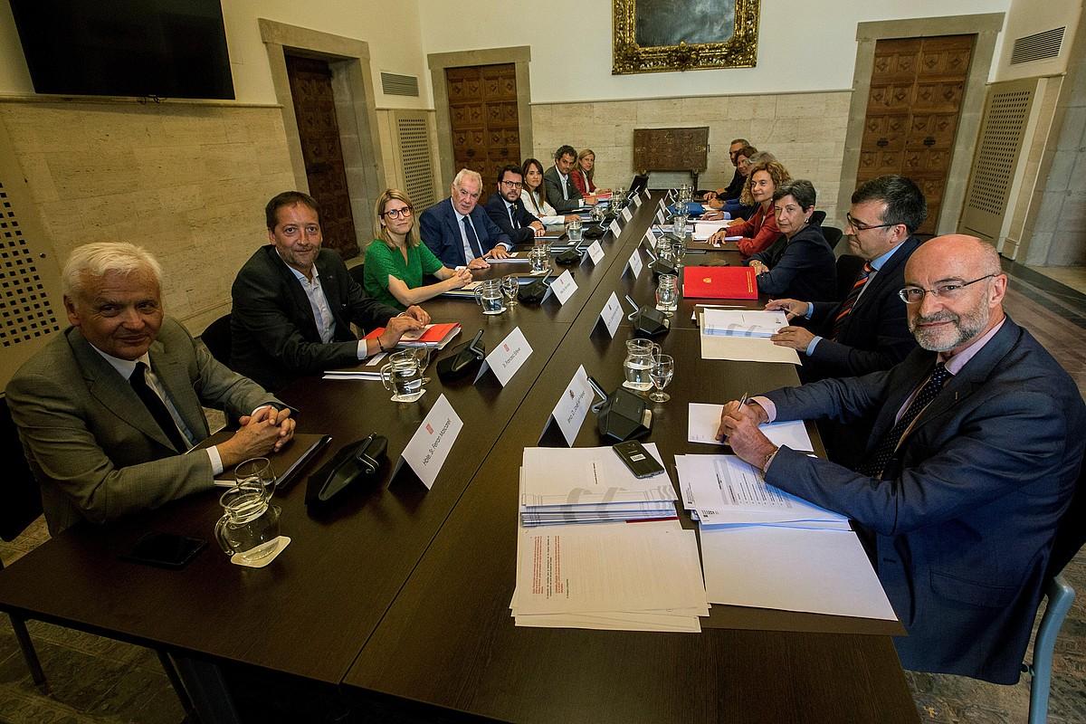 Generalitateko ordezkariak ezkerraldean, eta Espainiako Gobernukoak eskuinaldean, atzoko bilera hasi aurretik. ©QUIQUE GARCIA / EFE
