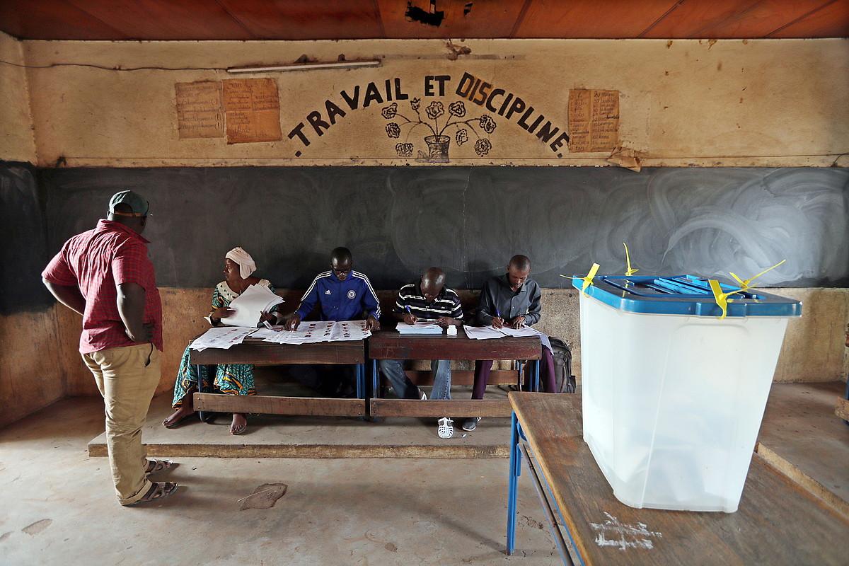 Hauteskunde mahai bat Bamakon, presidentetzarako bozen egunean, joan den igandean. ©MOHAMED MESSARA / EFE