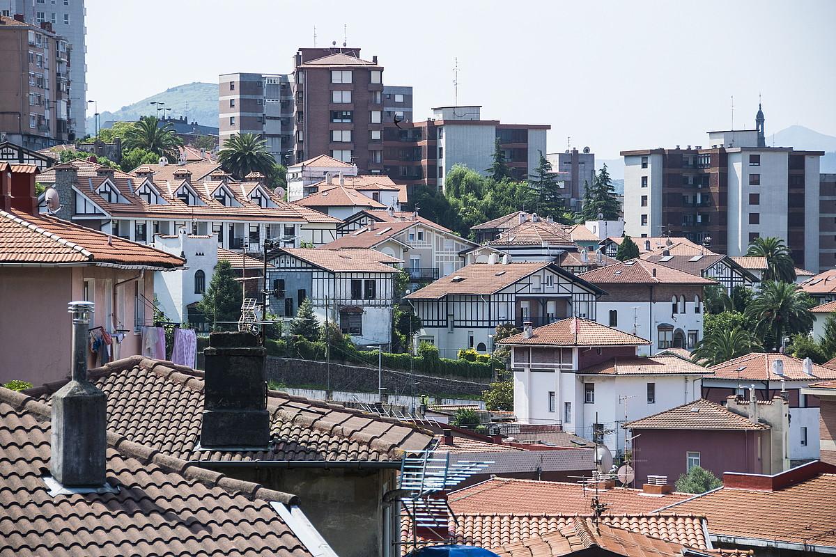 Familia bakarreko etxeak eta etxebizitza eraikinak, Bilboko Zurbaran auzoan. ©JUNE PRIETO / FOKU