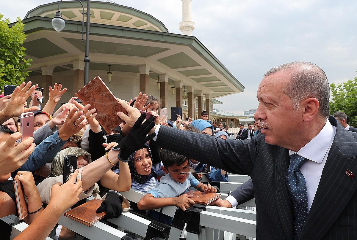 Recep Tayyip Erdogan Turkiako Gobernuko presidentea bere jarraitzaileak agurtzen, herenegun, Ankaran. ©EFE