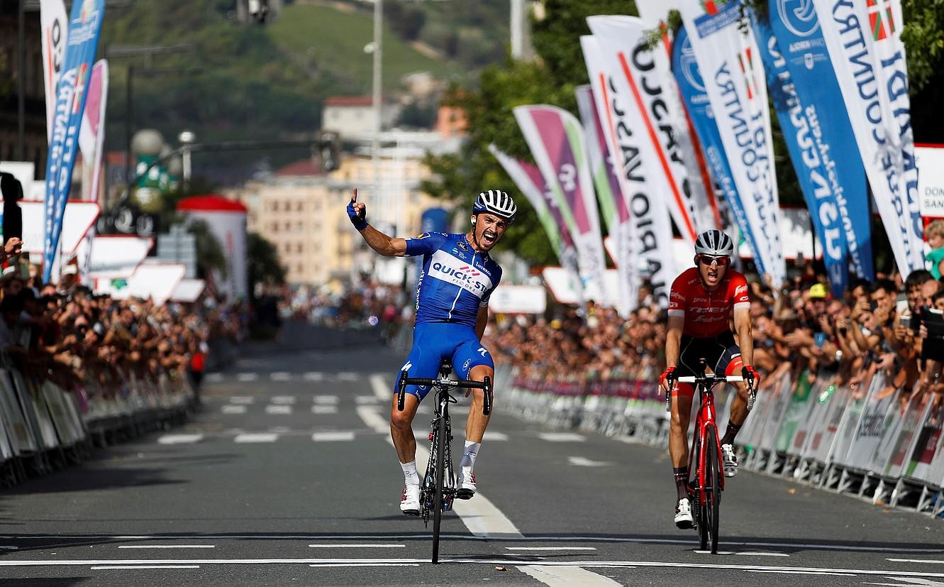 Julian Alaphilippe, Donostiako Klasikoa irabazi izana ospatzen Donostiako Bulebarrean. Alboan, Bauke Mollema ageri da, burumakur. ©JAVIER ETXEZARRETA / EFE