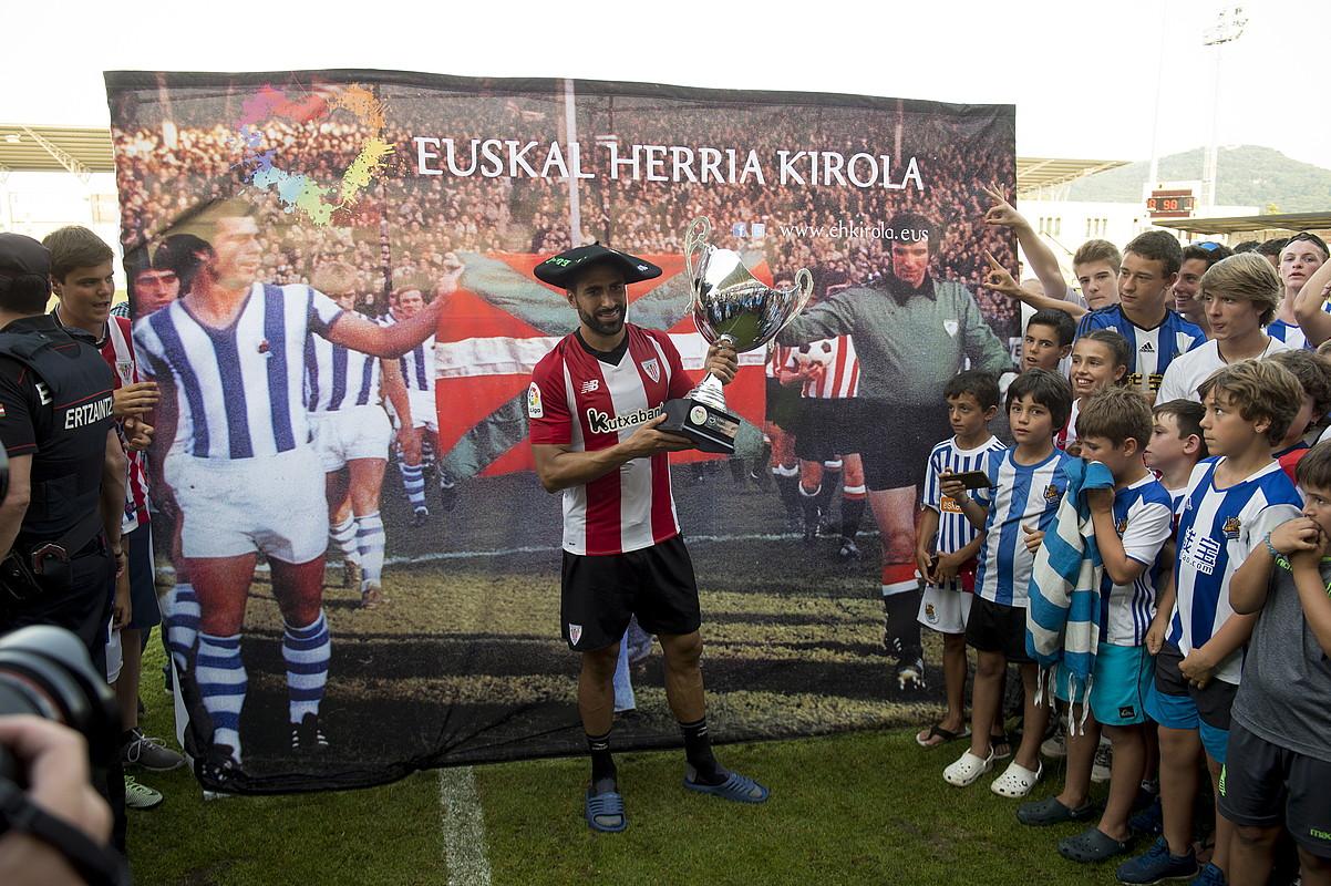 Mikel Balentziaga Athleticeko jokalaria, txapela jantzita eta trofeoarekin, Realeko zalez inguratuta.