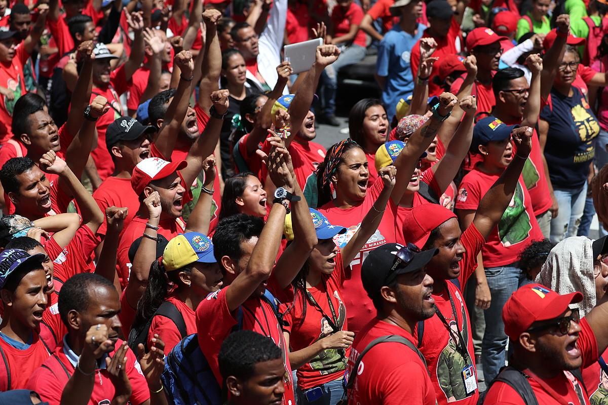 Nicolas Maduroren jarraitzaileak, atzo, gorriz jantzita, Caracasen. ©MIGUEL GUTIERREZ / EFE