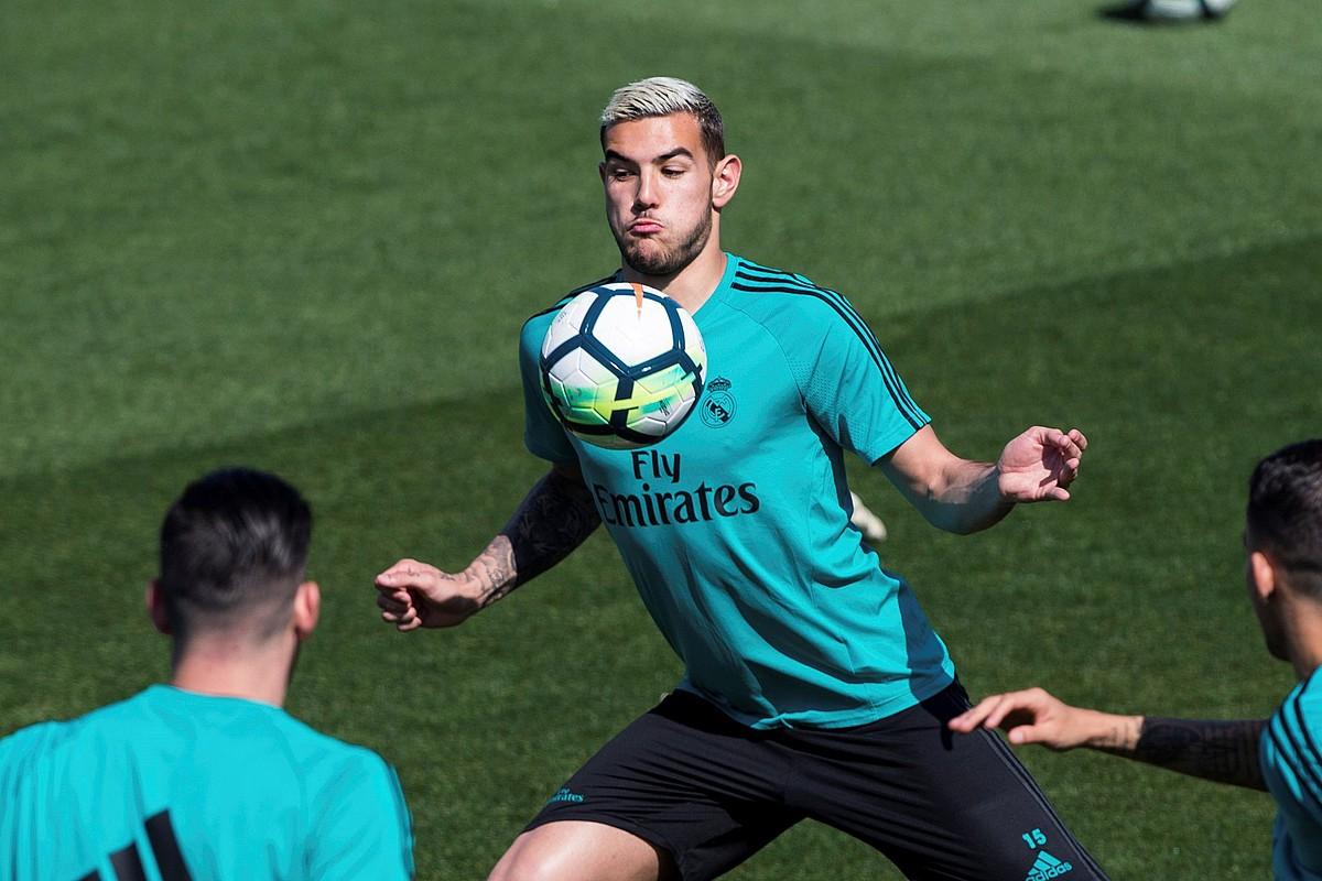 Theo Hernandez, baloia bularrez kontrolatzen, Real Madrilen entrenamendu batean.