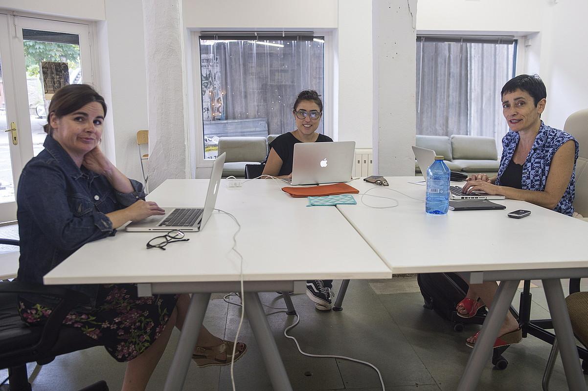 Ezkerretik eskuinera, Leire Bergara, Beatriz Cavia eta Miren Jaio, Bulegoa Z/B gunean. ©MONIKA DEL VALLE/FOKU