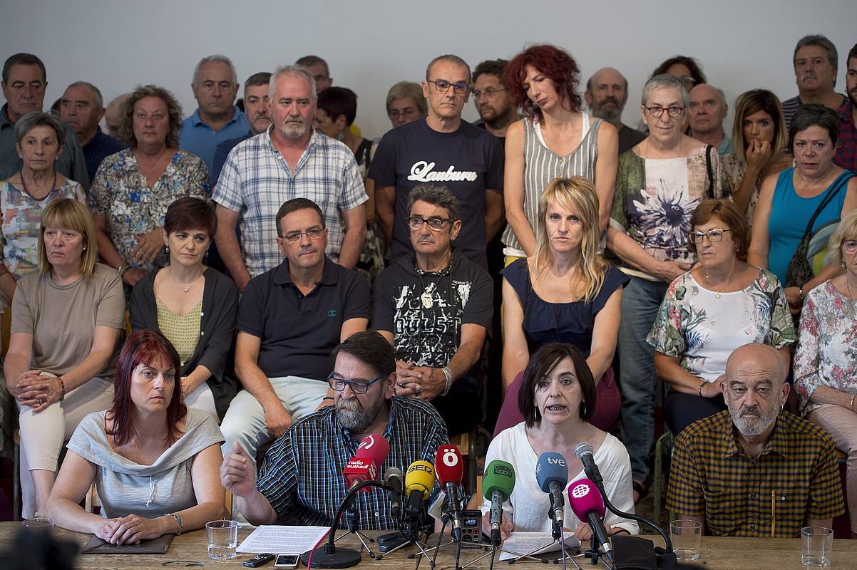 Polizia indarkeriaren Nafarroako biktima batzuen senideak, atzoko prentsaurrekoan.