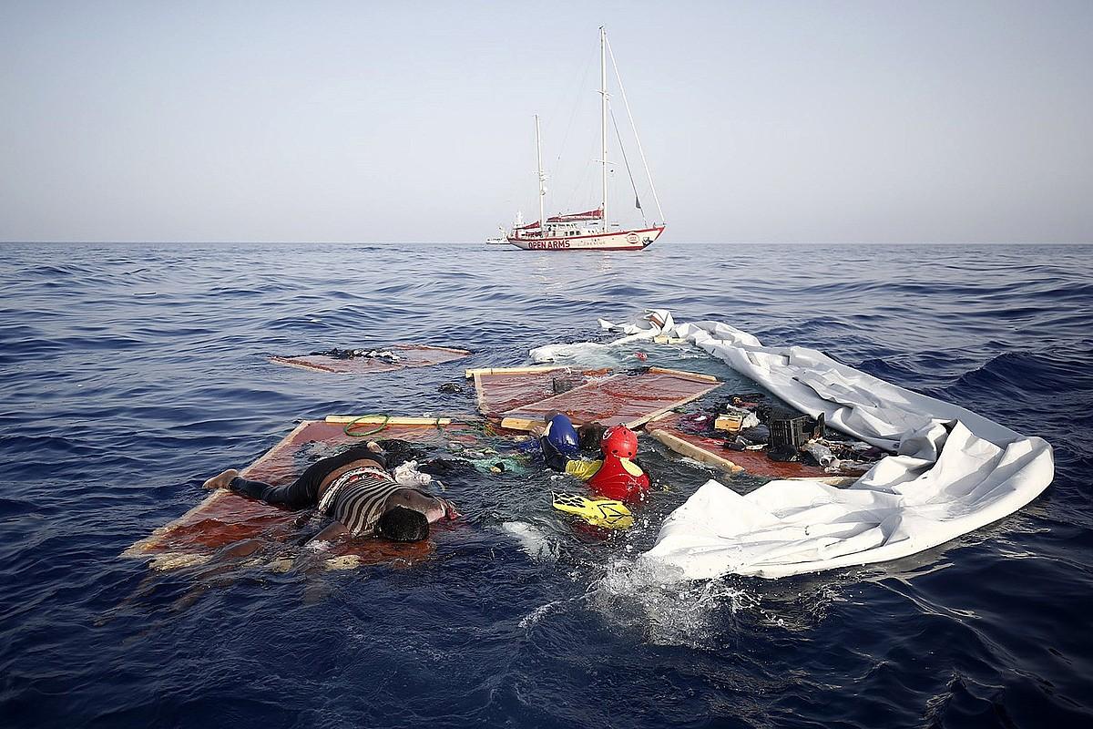 Libiako kostazainek abandonatutako txanela batean aurkitutako gorpua. Proactiva Open Armsek uztailaren 17an aurkitu zuen ontzia. ©PROACTIVA OPEN ARMS / EFE