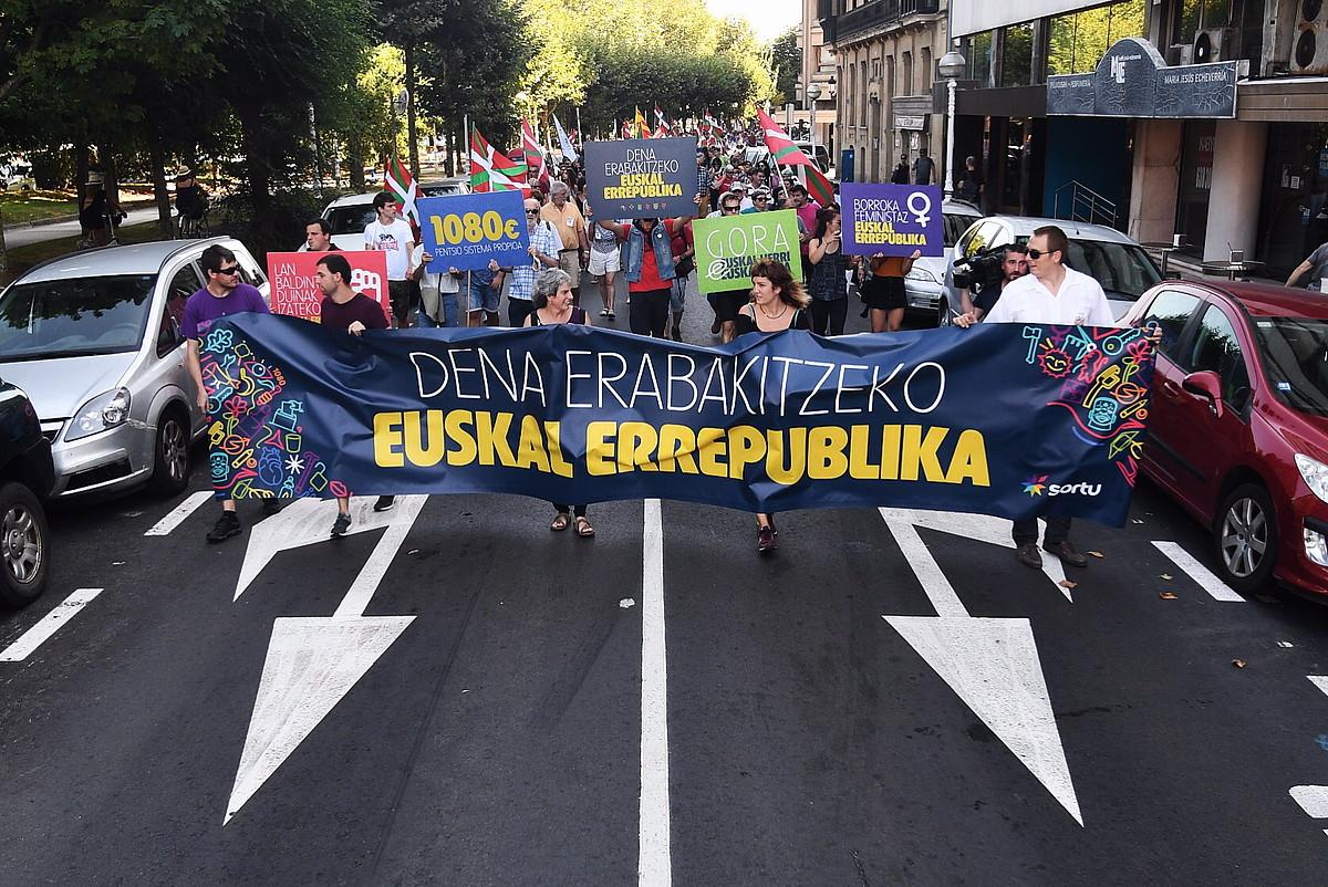 Sortuk antolatuta eta euskal errepublika baten alde Donostiako kaleetan atzo arratsaldean eginiko manifestazioa.