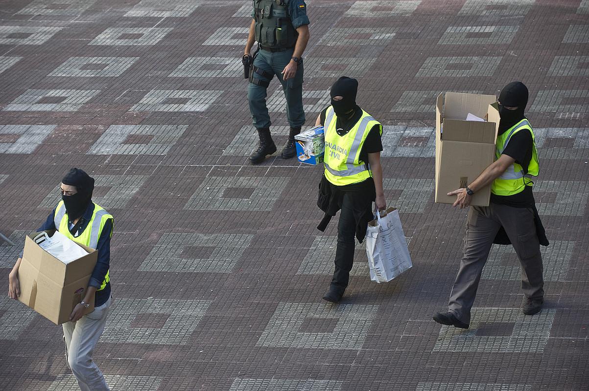 Guardia zibilak, 2010ean Bizkaian eginiko operazio batean atzemandako materialarekin. ©LUIS JAUREGIALTZO / FOKU