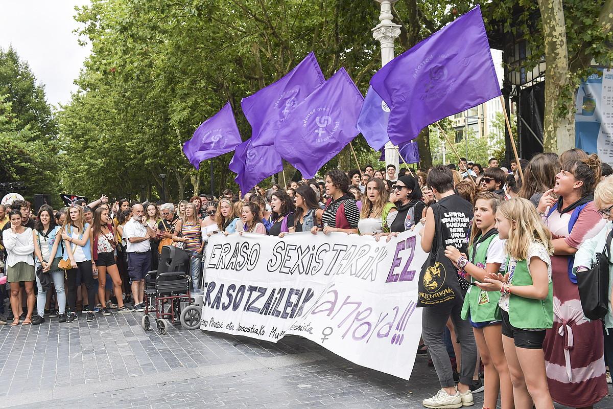Asteburuko erasoak gaitzetsi zituzten atzo Donostian. ©IDOIA ZABALETA / FOKU