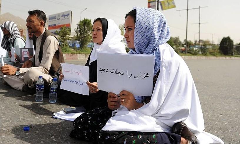 Enayat Nasir Ghazniko bizilagunak deituta, herritar talde batek protesta egin zuen, atzo, Kabulen. Gobernuari leporatu zioten neurriak ez hartu izana. ©JAWAD JALALI / EFE