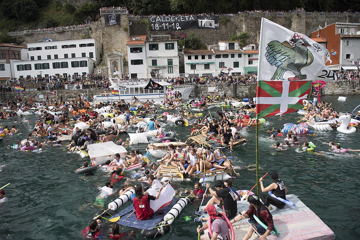 <b> Kaia, beteta. </b>Pirataz eta baltsasz bete da Donostiako portua, abordatzen. &copy;JUAN CARLOS RUIZ / @FOKU