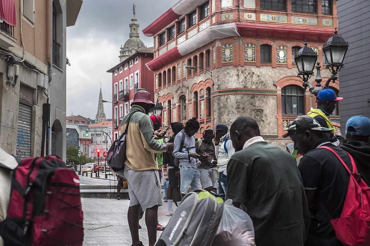 Migratzaileak Bilbo Zaharreko Kultur Etxearen aurreko plazan, afariaren zain. ©MARISOL RAMIREZ / FOKU