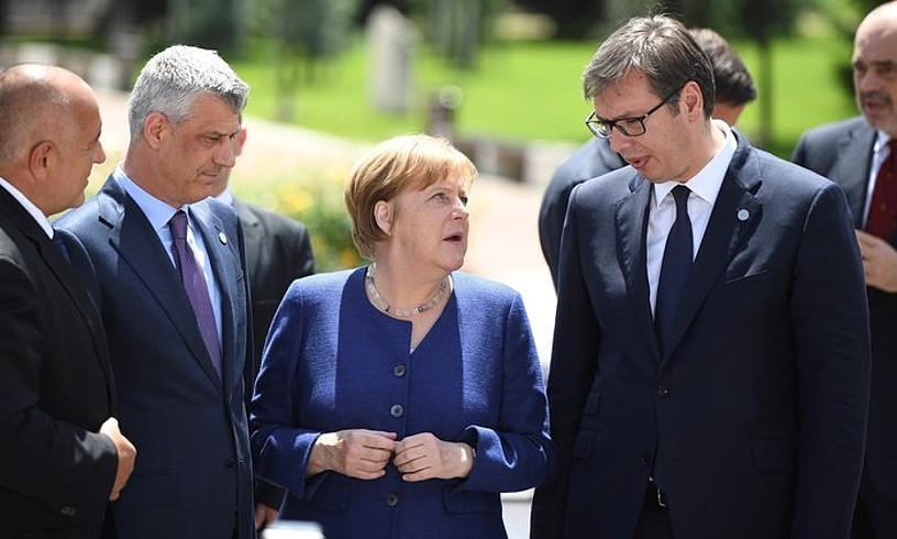 Hashim Thaci —ezkerretik, bigarren—, Angela Merkel eta Aleksandar Vucic —eskuinetik, lehena—, maiatzean.