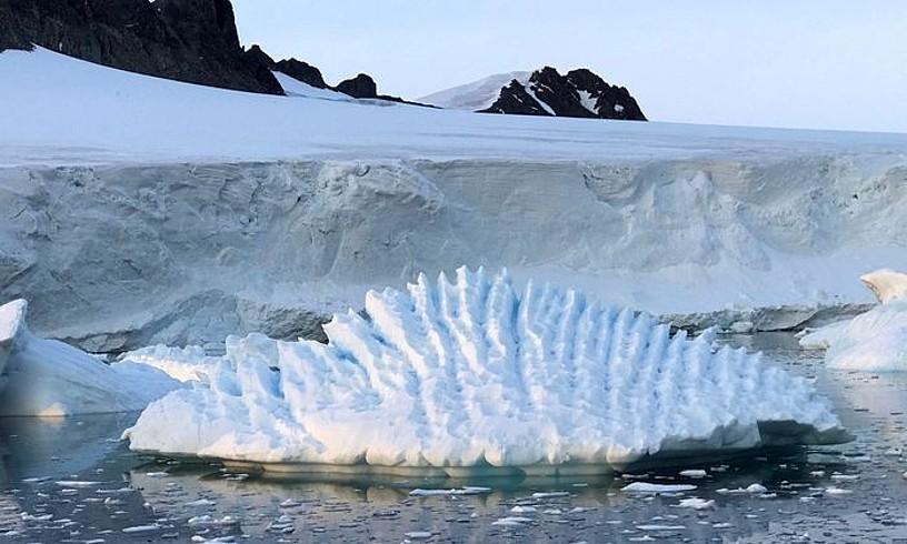 Antartikako glaziar bat. Haien hedadura txikitzen ari dela diote adituek.