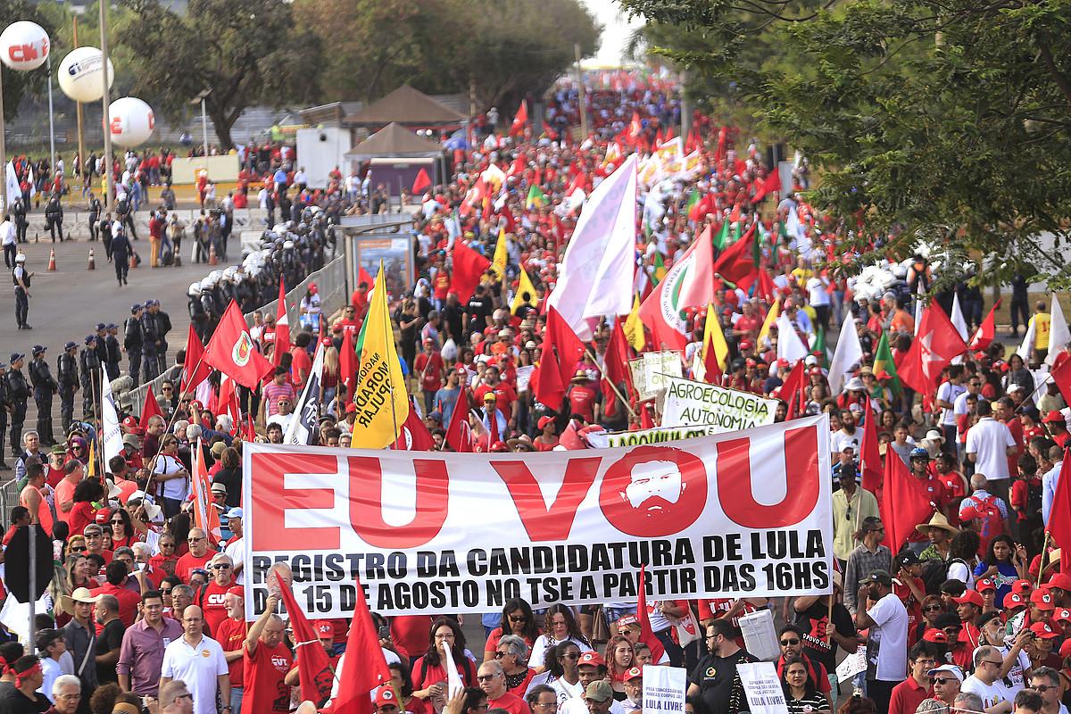 Lurrik Gabekoen Mugimenduak Lularen hautagaitzaren alde egin zuen martxa, atzo, Brasilian.