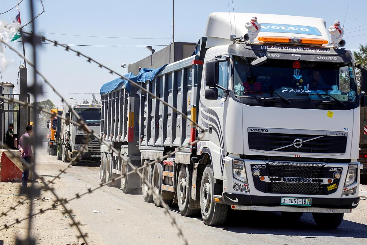 Kamioiak, muga irekitzeko zain Kerem Shalomen, atzo, Gazaren eta Israelen arteko mugan. ©MOHAMED IBRAHIM /EFE