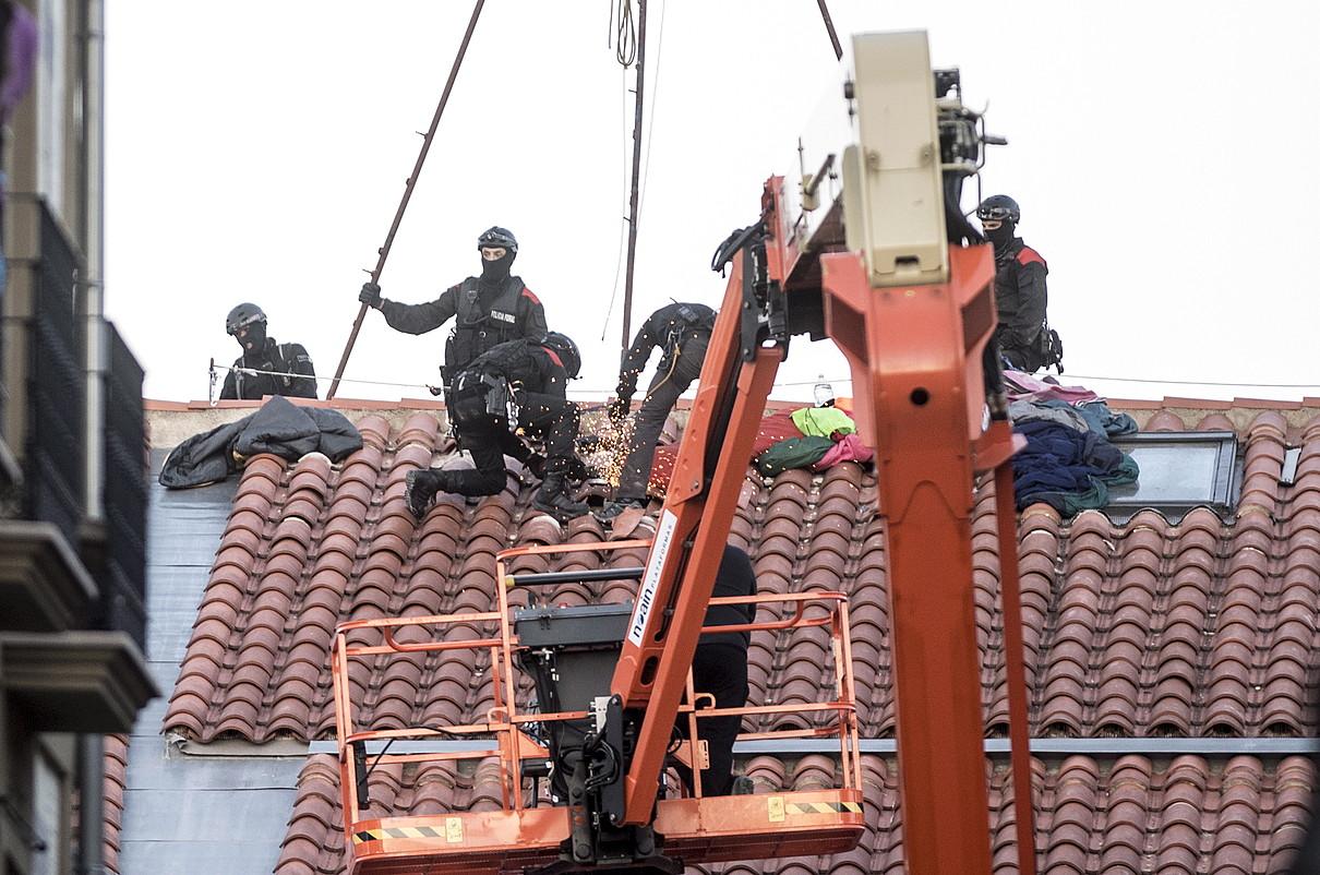 Foruzainen operazioa. Bost ordu behar izan zituzten Nafarroako poliziek gaztetxea husteko. ©IÑIGO URIZ / @FOKU