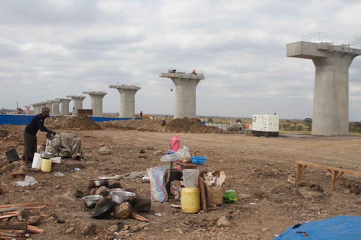 Mombasatik Busiara, hau da, Kenyaren bi muturretara eraikitzen ari diren trenbidearen lanen zati bat, Nairobiko Parke Nazionalean. ©OSKAR EPELDE