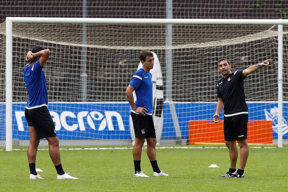 Asier Garitano Mikel Oiartzabali eta Willian Joseri aginduak ematen, entrenamendu batean. ©JAVIER ETXEZARRETA / EFE