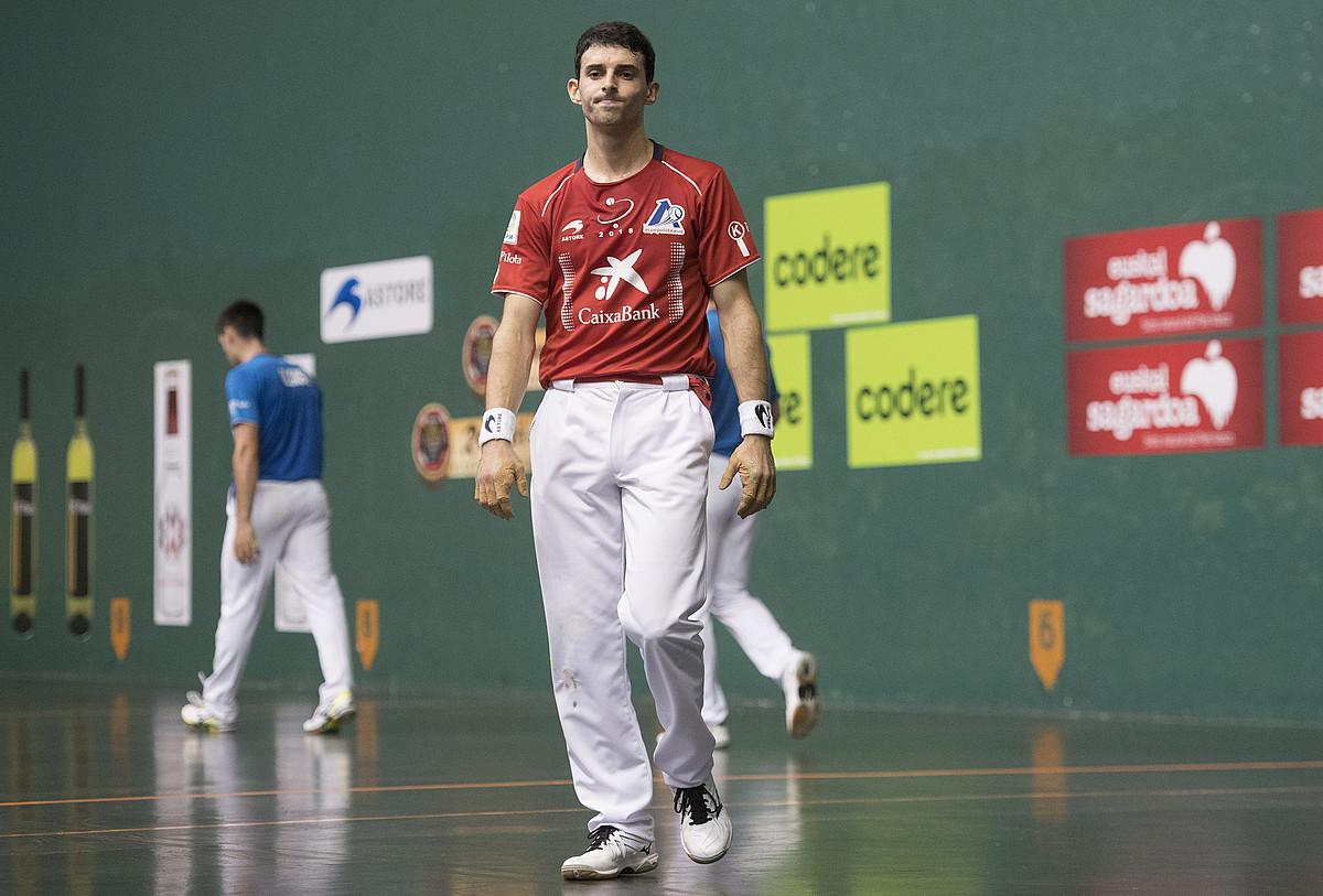 Jokin Altuna burumakur, huts bat egin ondoren, atzo Zarautzen jokaturiko partidan. ©GORKA RUBIO / FOKU