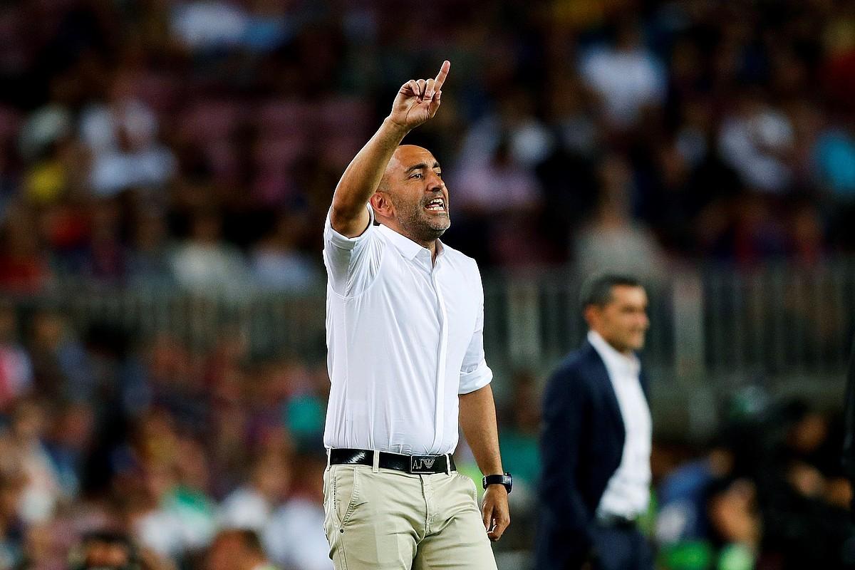 Abelardo Fernandez Alaveseko entrenatzailea, jokalariei aginduak ematen, atzo, Camp Noun jokatutako partidan. ©ALEJANDRO GARCIA / EFE