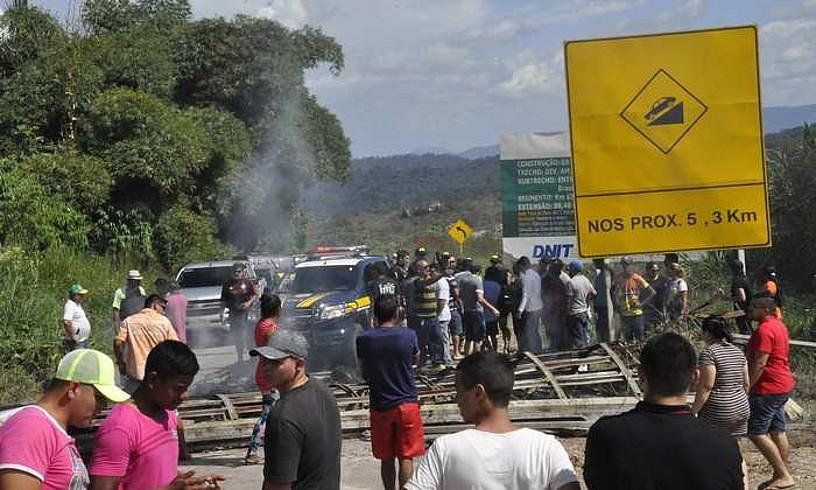 Brasilen eta Venezuelaren arteko mugan dagoen Paracaima herrian, ehun bat herritar manifestatu ziren larunbatean. Migratzaile venezuelarren kanpadendak erre zituzten.
