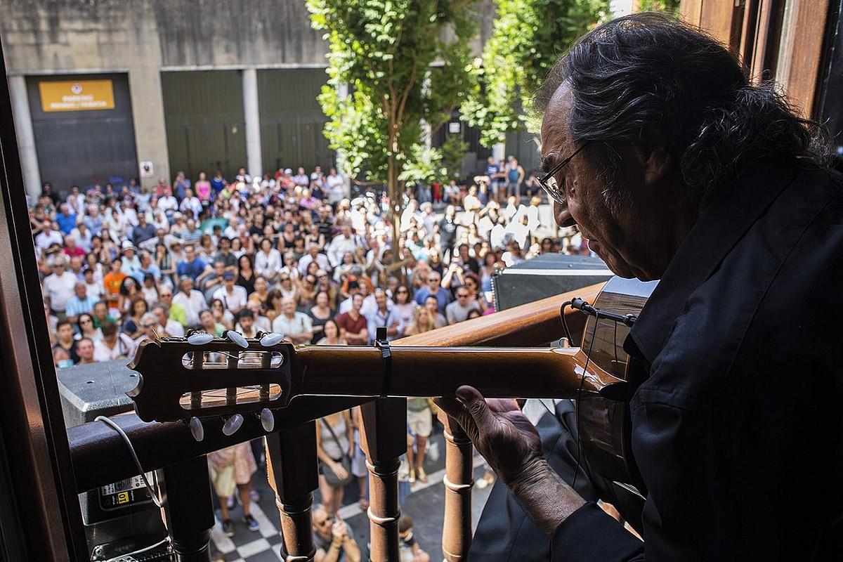 Iazko Flamenco on Fire jaialdiko Flamenkoa Balkoietan zikloko errezitaldi bat, Udaletxe plazan.