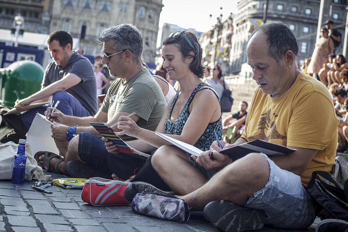 DibujaTolRatoko kideak Areatzan ibili dira Aste Nagusiaren giroa jasotzen. ©ARITZ LOIOLA / FOKU