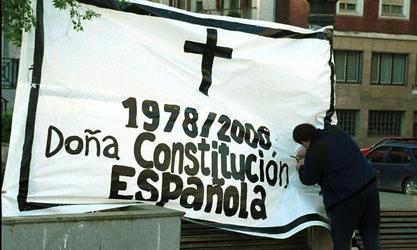 Espainiako Konstituzioaren heriotza aldarrikatzen duen pankarta, Bilbon, 2000. urtean. ©XOUSE SIMAL