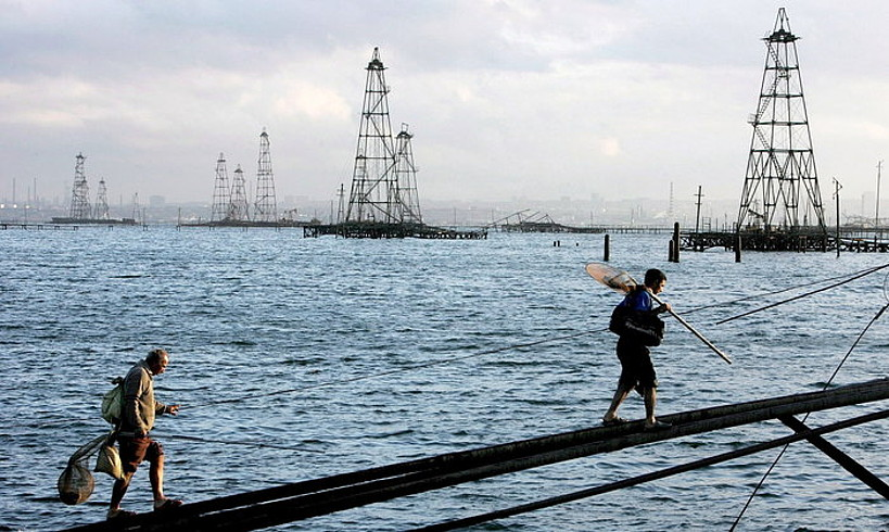 Bi marinel, Baku hiriaren aurrean dauden petrolio hobien ondoan, Kaspiar itsasoko kostaldean. ©SERGEI ILNITSKY / EFE
