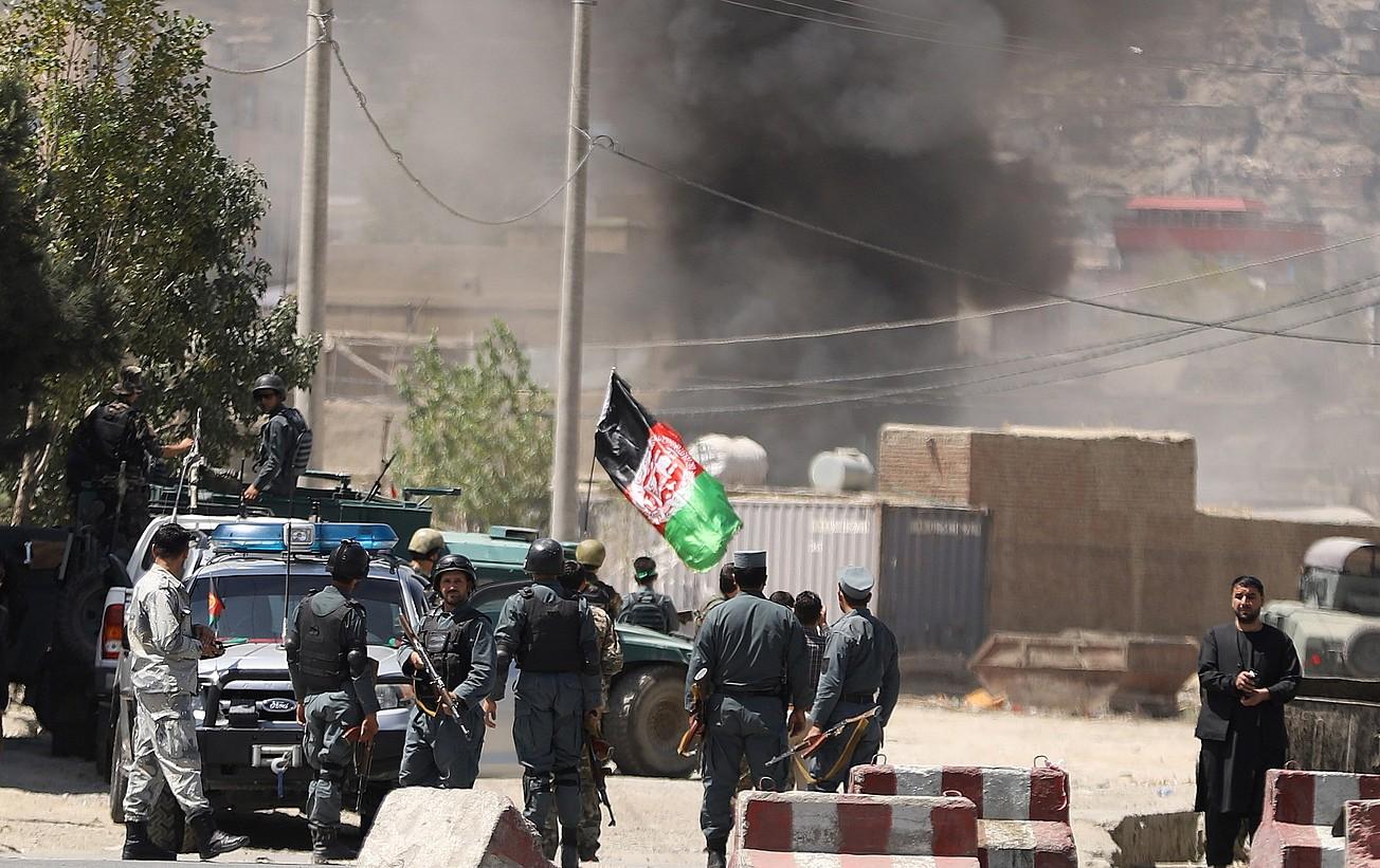 Afganistango presidentetza jauregiari eraso egin zioten. Irudian, poliziak eremua zaintzen, atzo, Kabulen.