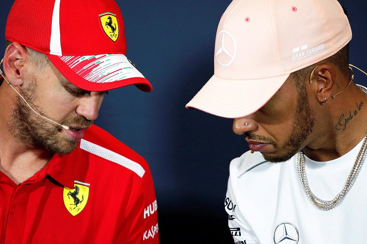 Sebastian Vettel eta Lewis Hamilton, elkarren ondoan, denboraldi honetan emandako prentsaurreko batean. ©YOAN VALAT / EFE