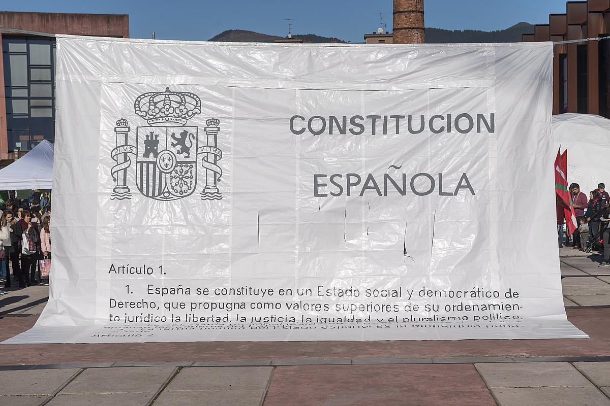 Espainiako Konstituzioaren lehenengo artikulua erakusten duen pankarta, Independentistak sarearen ekitaldi batean, Durangon, 2017an.