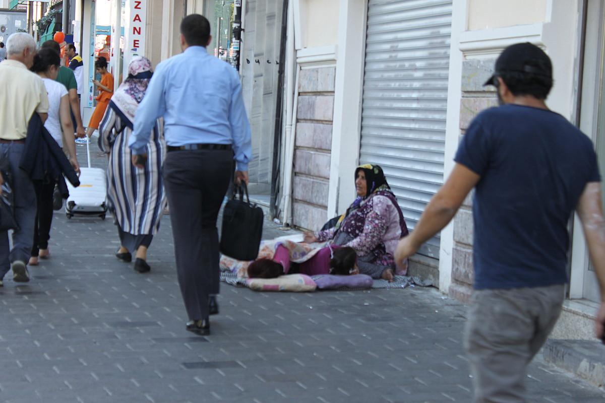 Siriako errefuxiatu bat, seme-alabekin, Istanbulen. Taksim inguruan elkartzen dira iheslariak. ©AITOR TXABARRI