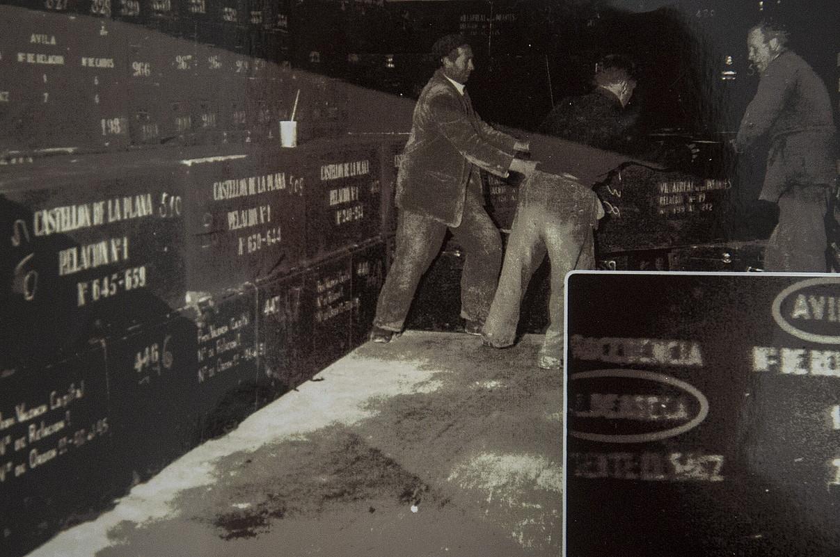 Preso errepublikanoak lanean, hilkutxak Erorien Haraneko hobi komun batean sartzen, 1958ko argazki batean. ©BERRIA