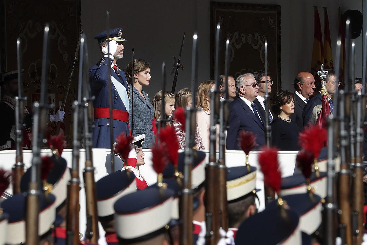 Espainiako errege-erreginak eta gobernuko kideak, iazko urriaren 12an, armadaren desfile batean.
