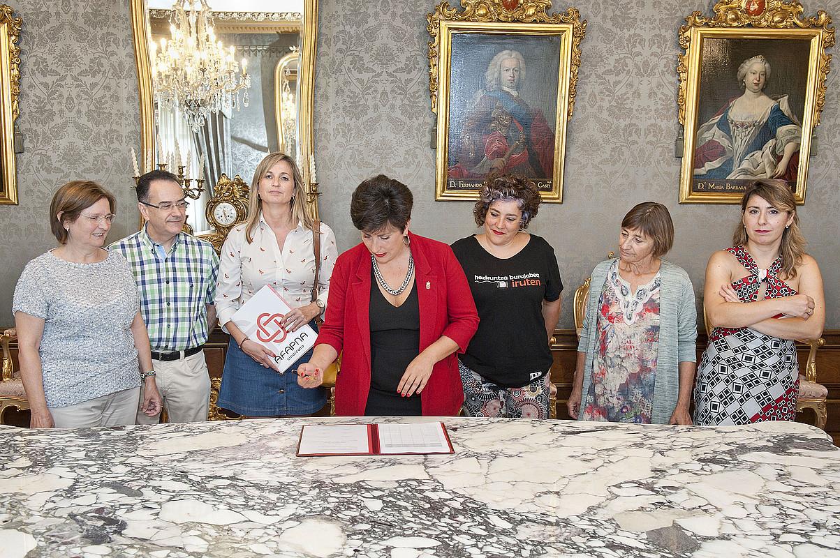 Maria Solana Hezkuntza kontseilaria, ituna sinatu duten sindikatuetako ordezkariz inguratuta. ©NAFARROAKO GOBERNUA